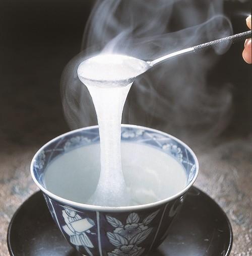 葛の粉を熱湯でかき混ぜながら作ります。風邪などの時にも。。