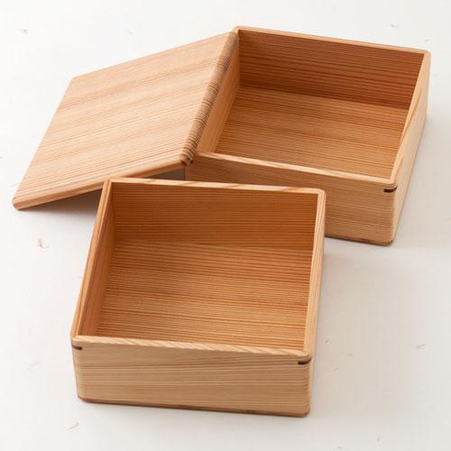 天然乾燥を経て、丁寧な仕上げの木製品を作り出しています。