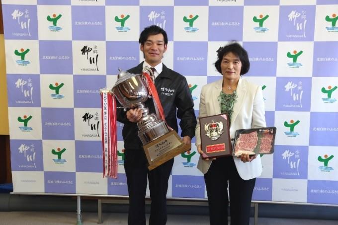 グランドチャンピオンのトロフィーを手にする江口豊作さん(左)