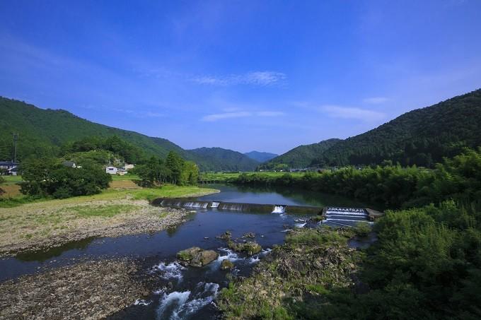 沈下橋は、今も住民の生活道であるとともに四万十川の風物詩です。