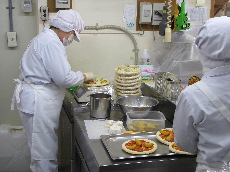 ピザは手作業で作っています