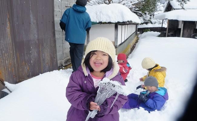 冬にはつららを探したり。季節ごとに、遊びの内容も変わります。