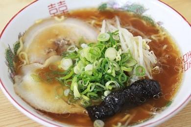 細めのちぢれ麺に「甘め」のスープが特徴です。