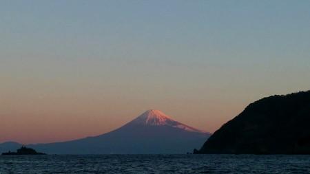 天気が良いと朝焼けに染まる赤富士見られる
