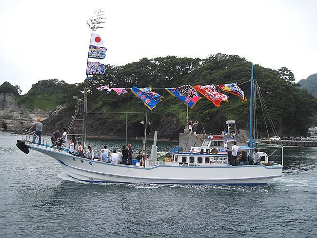 進水式にたなびく大漁旗