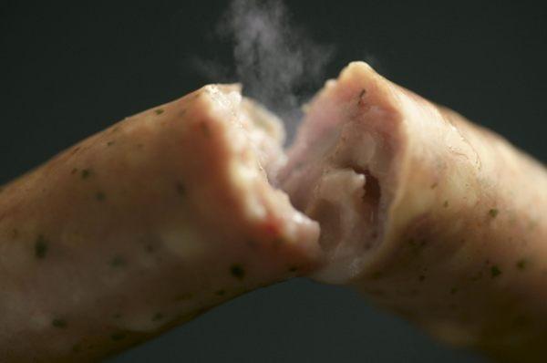 人気のモッツァレラブルスト。中からチーズが「とろりっ」♪