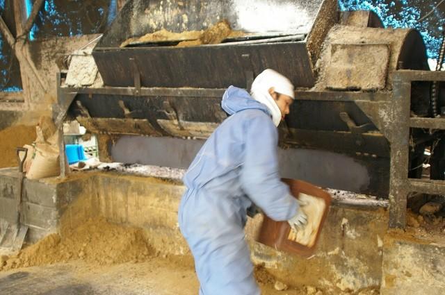 6カ月寝かした発酵飼料を砕きオカラなど混ぜている