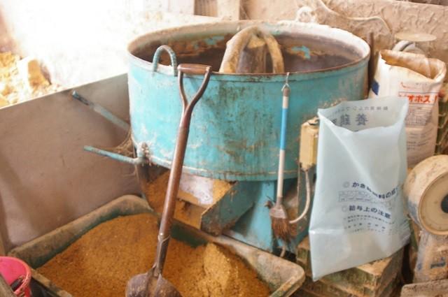 仕上がった醗酵飼料にカキ殻、カルシュウムなど混ぜる
