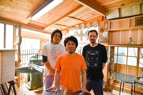 木製ままごとキッチンを制作する川崎さんら3名