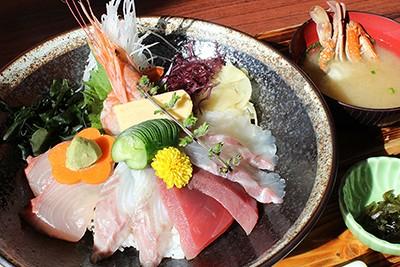 大きな「海鮮丼」は人気No.1メニュー!