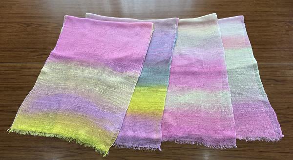 一枚いちまい手染めで作られたスカーフです