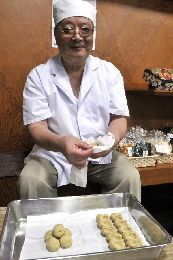 菓子作り40年 萩野屋店主の松本さん。