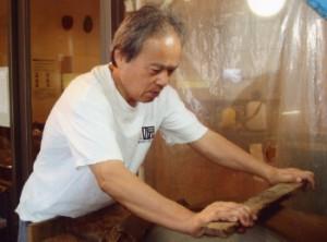 刃を製作する伝統工芸士の田原俊一さん