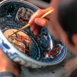 万年筆の磁器部分を製作する源右衛門窯