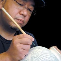 万年筆の磁器部分を製作する香蘭社