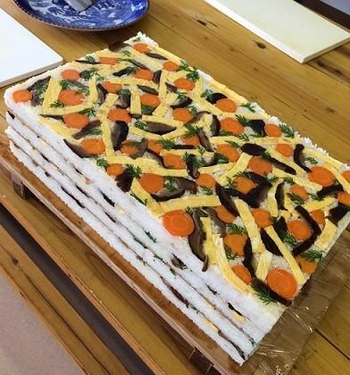 「木の枠」をすっぽりと外すと、こけら寿司が現れます