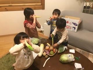 野菜が擬人化されて喜ぶちびっ子たち