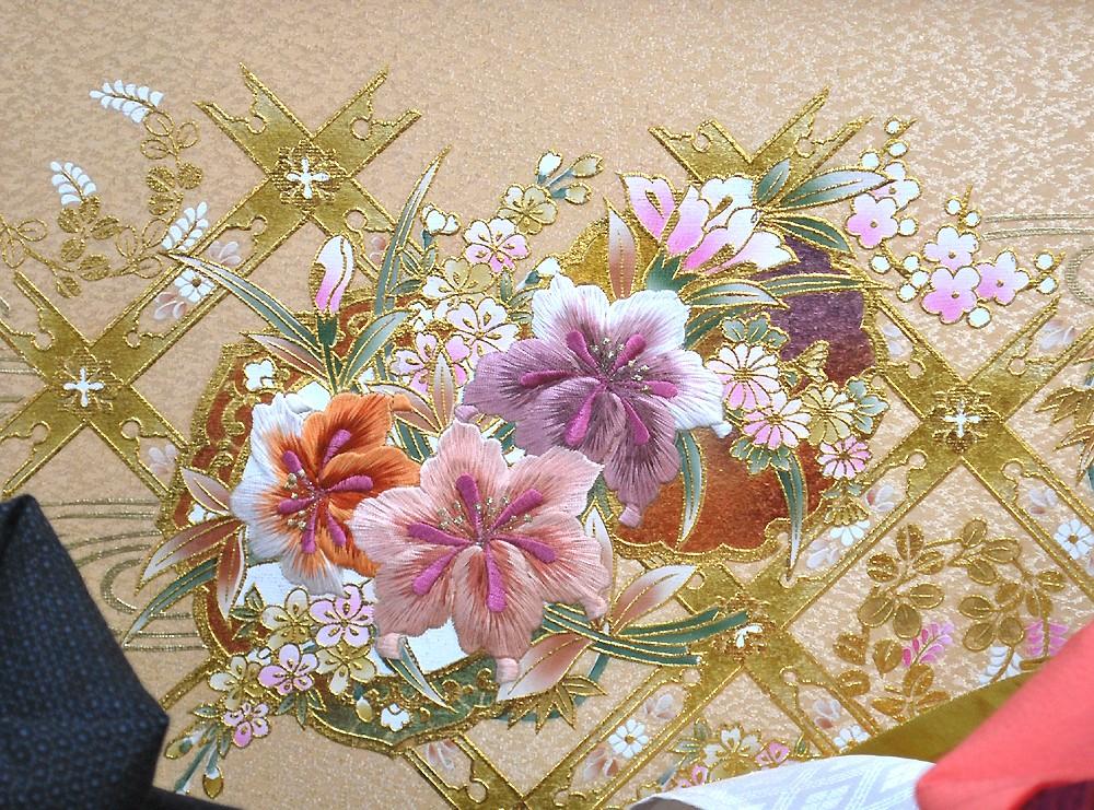 屏風に刺繍の花柄