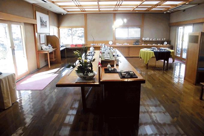 柿右衛門様式の器や花器などの作品が並ぶ展示場