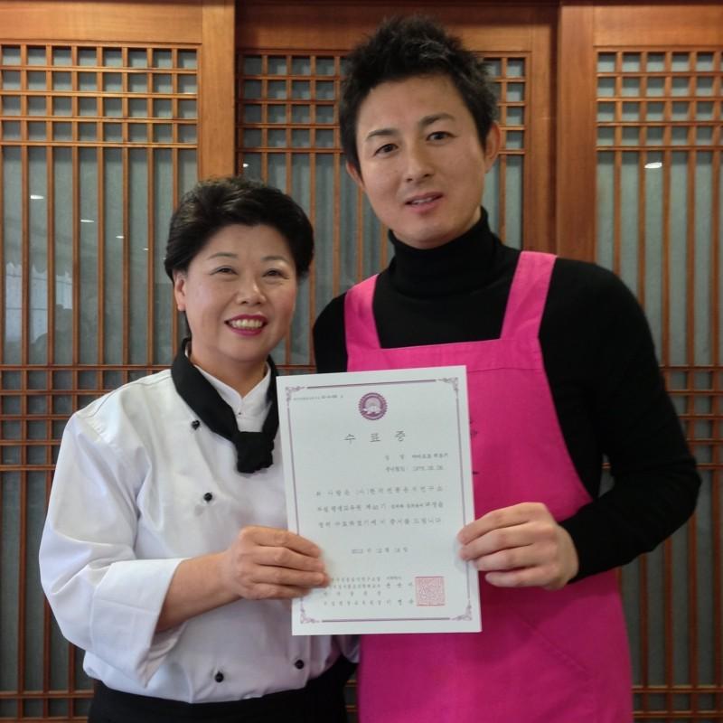 ①韓国伝統酒学校にて卒業証書授与式にて