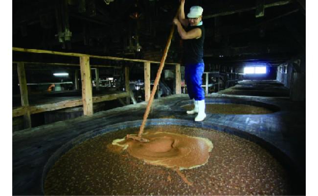 大きな杉桶で醤油職人がていねいに仕込んでいます