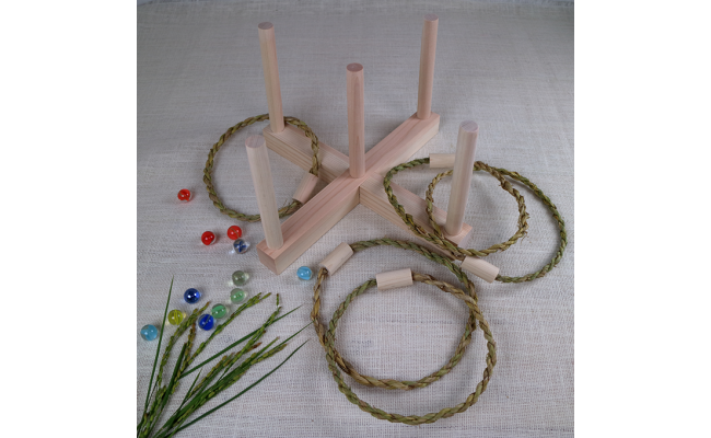 輪っかは、お米を収穫した後の稲わらで作ってあります。 昔は紐として農作業をはじめ、さまざまな用途に使われていました。
