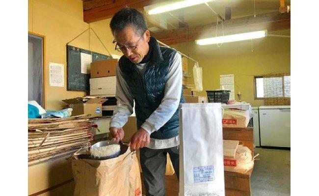 大切に育てたお米の注文が入ると、計量や袋へのシール貼り、梱包もすべて手作業でひとつひとつお届けしています