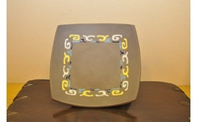 A030 風神窯-黒泥釉盛上アイヌ紋角皿