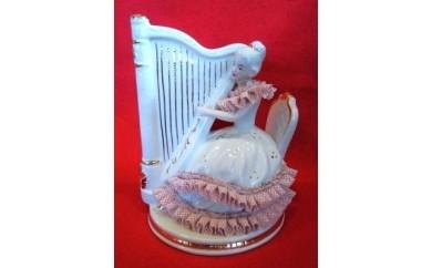 001-022 < 18弁オルゴール > 陶磁器製人形 (オルゴール内蔵)