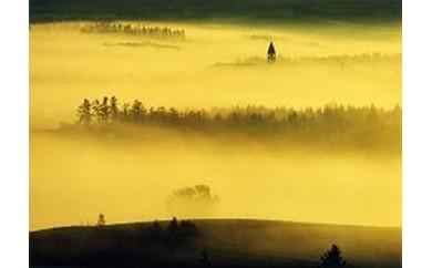 [100-13]写真家 前田真三 額付き写真「朝霧の丘」(宿泊施設利用券2枚付き)