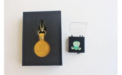 久米島の亀ロゴマーク入りキーホルダー(1枚革)+ピンバッジセット