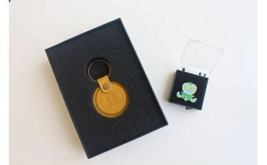 久米島の亀ロゴマーク入りキーホルダー(2枚革)+ピンバッジセット