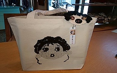 109.【㈲ブティックハーフ】トートバッグと手編みキャラブローチのセット