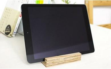 北海道育ちの木材を使った宮大工特製「タブレット立て」