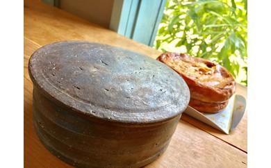 丹波栗のチーズケーキと丹波立杭焼の忠作窯でオリジナルで登り窯で焼いた菓子器をセット