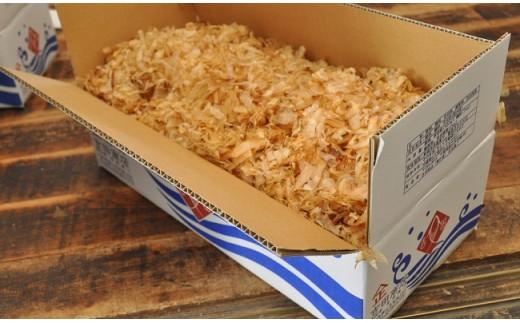 大迫力! 内箱に詰まった節の量と香りに圧倒されます。 保存はビニール袋よりも通気性のよい紙袋が適しているのだとか。