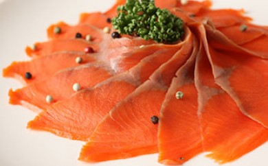 E031-C燻製のことならお任せください!「天然紅鮭スモークサーモン姿(スライス済)」<三洋食品>【90pt】