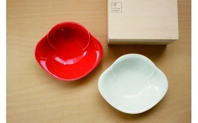 【縁起もの紅白の器】華やかな椿がモチーフのペア小鉢(木箱入)