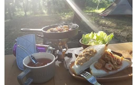 ◆キャンプ2日目の朝。缶詰をスキレットで温めたり、パンやサラダにアレンジ。手間いらずで超お手軽な外飯。こんな楽しみ方ができます!