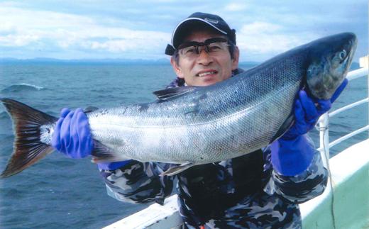 [№5723-0102]チャーター船での北海道といえば、秋鮭!イカ!の船釣り体験(12名様)