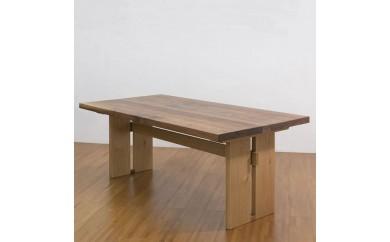 ウォールナットとオークのダイニングテーブル