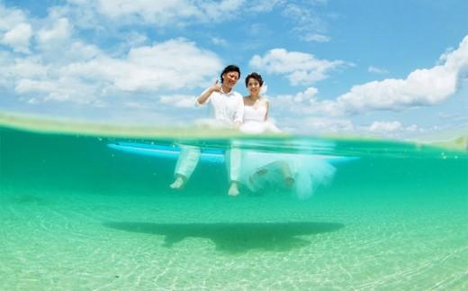 ビーチでフォトウェディング【水中ビーチフォト】