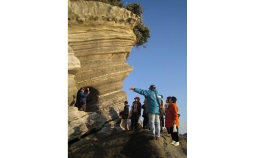 見事な地層や洞窟もあります