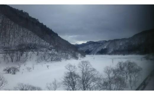 雪で覆われる錦秋湖