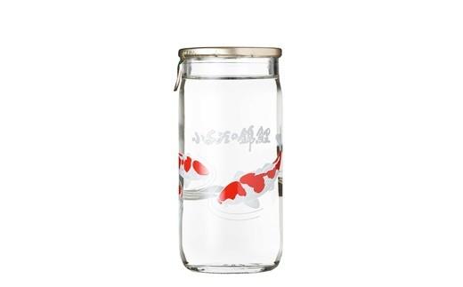 錦鯉が泳いできれいな図柄のワンカップです。