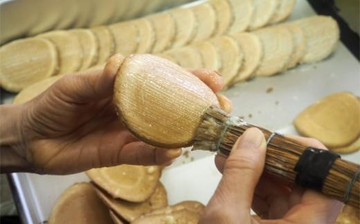 棕櫚(しゅろ)と呼ばれる刷毛のような道具で、生姜と砂糖を混ぜた蜜を塗ります。