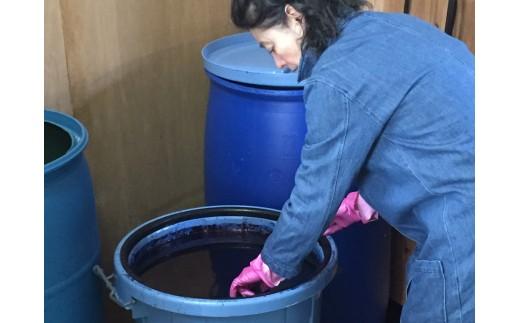 藍の甕の中に布を浸し、染め上げていきます