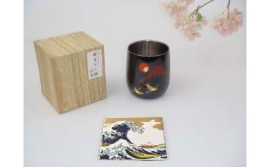 山中塗 漆磨2重ダルマカップ手描き漆絵箔ちらし赤富士に鶴【九谷焼(青郊窯)コースター付】