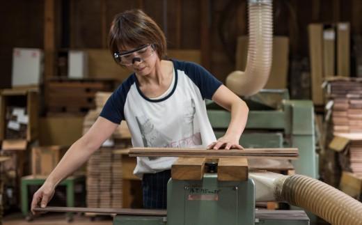 木材のカットから女性の手で行われます。