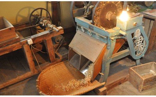14枚の刃を微妙に調節することで、透き通るほどに薄い削り節が出来上がります。